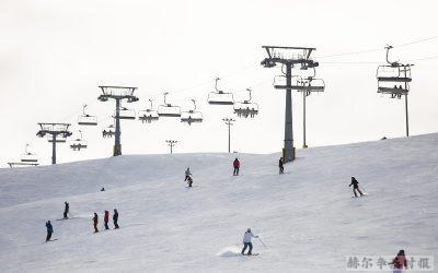 复活节期间芬兰北部的滑雪场挤满了度假者