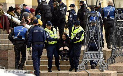 赫尔辛基警方逮捕气候活动抗议者被怀疑是过度执法,将被进行调查